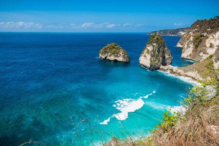 Plage tropicale de diamant avec l'océan bleu et la falaise dans l'île de Nusa Penida Banque d'images
