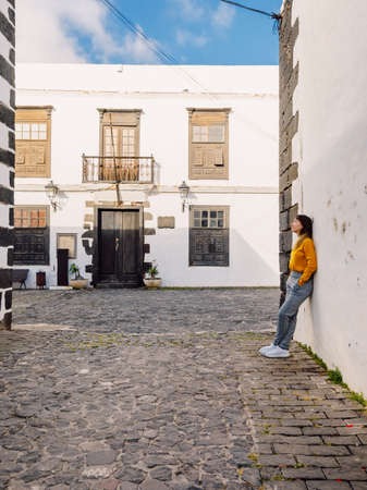 Traveler young woman with the old architecture of city of Teguise in Lanzarote Zdjęcie Seryjne