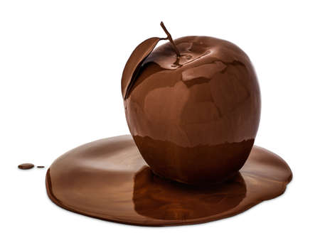 manzanas: Una manzana cubierta con chocolate fundido, aislado en blanco.