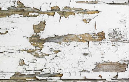 Vecchio modello di vernice scrostata incrinato su fondo di legno.