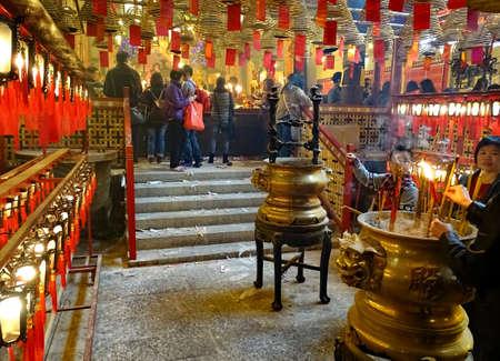 上環、香港 - 2016 年 2 月 10 日: 旧正月期間中に、人々 は香港上環に人 Mo の寺院に線香を kindle します。1847 でビルドは男チョン (学問の神様) と Mo と 報道画像
