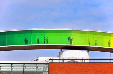 オーフス、デンマーク - 2017 年 7 月 20 日: 人が訪問しているアロス オーフス美術館の屋根に「あなたの虹パノラマ」。