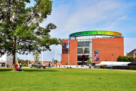 オーフス、デンマーク - 2017 年 7 月 20 日: オーフス美術館と屋根の上「あなたの虹パノラマ」。 報道画像