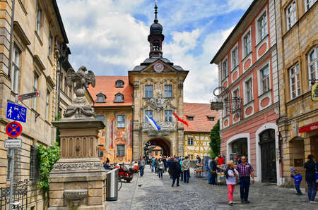 Bamberg, Germany - July 12, 2018: Tourists in the historic old town of Bamberg (Germany), bridge over the River Regnitz and Old Town Hall 新聞圖片