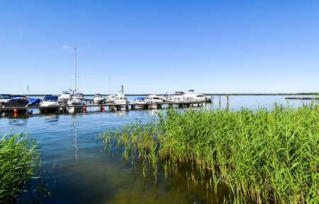 Ships moored at Fleesen Lake jetty in Göhren-Lebbin (Germany) Stockfoto