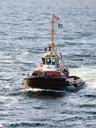 Aarhus, Denmark - July 20, 2017: The tug AROS navigates the port. 新聞圖片