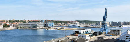 Aarhus, Denmark - July 20, 2017: Panorama of the port of Aarhus in Denmark. A ferry of the shipping company Mols-Linien has moored at the pier. 版權商用圖片 - 144087054