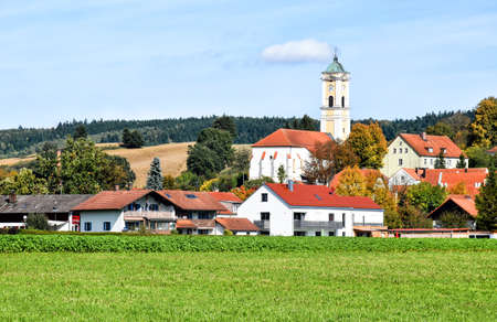 Cityscape of the Bavarian health resort Bad Birnbach with the late gothic parish church Maria Himmelfahrt (Germany) 版權商用圖片 - 146605347