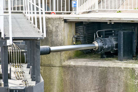 Hydraulic drive of a large lock gate