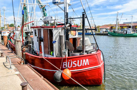 Buesum, Germany - August 1, 2018: A small fishing boat with the name B? SUM is moored in the harbor of B? Sum in North Frisia in Germany. 版權商用圖片 - 148278811
