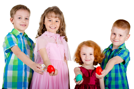 show hands: Dos hombres y dos mujeres sostienen los huevos de Pascua en los brazos rectos. Los niños están apareciendo los huevos de Pascua. Fondo blanco.