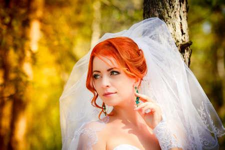 schöne augen: Schöne Braut im Freien - weicher Fokus Lizenzfreie Bilder