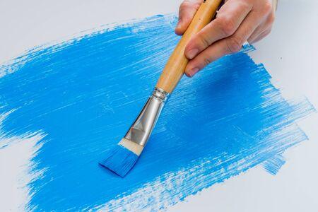 pintor: Artista Hobby pintura con pintura acrílica azul a bordo de espuma blanca