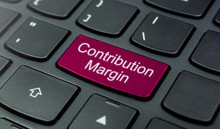 margen: Primer plano el botón margen de contribución en el teclado y tienen botón de color magenta aislar el teclado negro