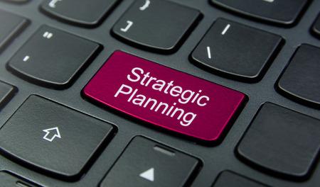 planificacion estrategica: Primer plano el botón de Planificación Estratégica en el teclado y tienen botón de color magenta aislar el teclado negro