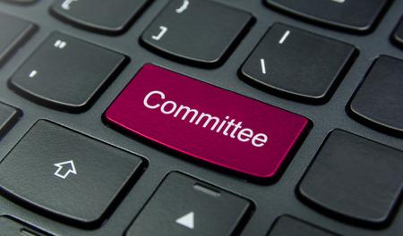 comité d entreprise: Close-up sur le bouton de la commission sur le clavier et ont Magenta bouton de couleur isoler clavier noir Banque d'images