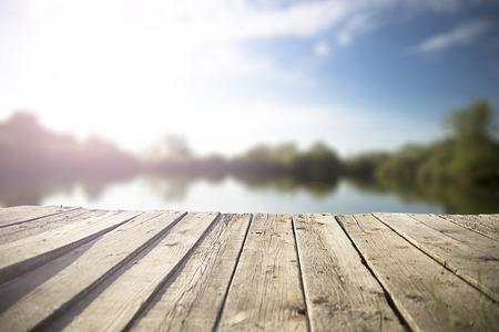 호수에 오래 된 목조 부두. 스톡 콘텐츠