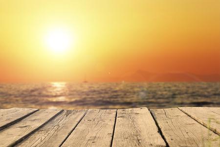 oude houten pier op de zee in zonsondergang Stockfoto