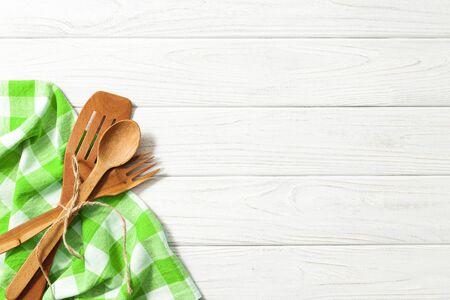 attrezzi cucina cucchiai di legno e altri strumenti di cottura con tovaglioli verdi sul tavolo