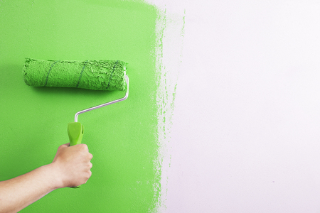 Close-up , the painter paint the wall of the room. Stockfoto