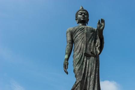 bouddha: Statue de Bouddha et fond de ciel debout en Tha�lande Banque d'images