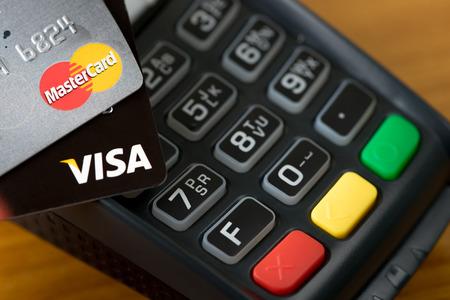 tarjeta visa: Bangkok, Thailand - May 24, 2016: Closeup of VISA credit cards on the credit card machine.