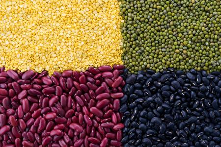 Los frijoles de soya, frijoles rojos, guisantes de ojos negros y judías verdes con los beneficios para la salud de los granos enteros.