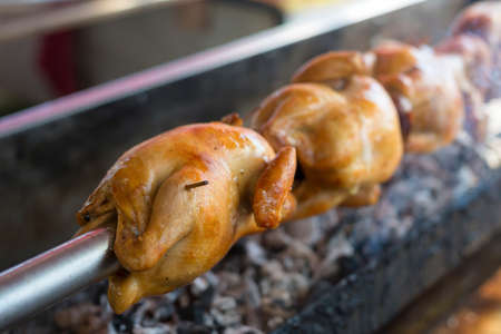 pollo rostizado: close up Rotating machine are grilled chicken