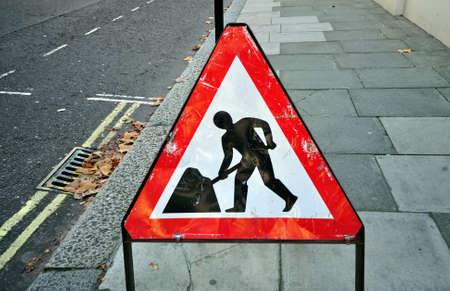 przypominać: Trójkątny znak stojący na budowy chodnik fto przypomnieć obszar budowy przodu Zdjęcie Seryjne