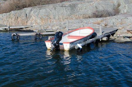 Een oude boot in de haven die wacht om uit te gaan en te vissen