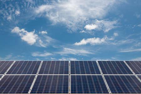 paneles solares: células solares con el cielo azul y la nube Foto de archivo