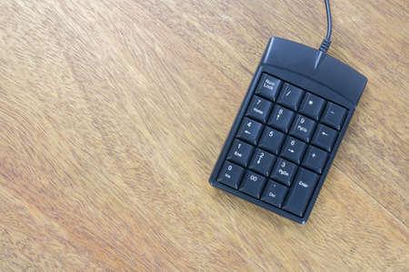 teclado numérico: teclado numérico negro en la mesa de madera Foto de archivo