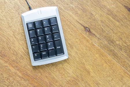 teclado num�rico: teclado num�rico plata sobre la mesa de madera