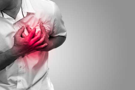 Uomo che ha dolore al petto - tono bianco e nero di attacco di cuore, cura del focolare e concetto di medicina