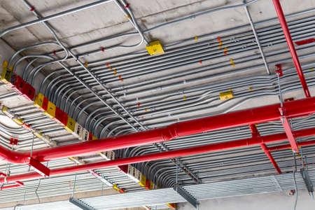 conduits électriques et conduites d'incendie sanitaires, arrière-plan du concept de construction de l'industrie Banque d'images