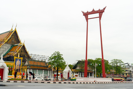 BANGKOK, THAILAND - August 02, 2018 : The Giant Swing and Wat Suthat Temple Bangkok, Thailand.Young asian woman traveling to landmark in Bangkok Thailand. Standard-Bild - 107327226