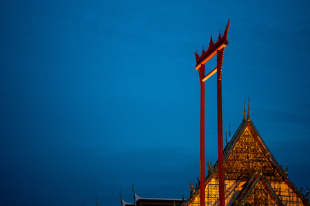 he Giant Swing and Wat Suthat Temple Bangkok, Thailand.Young asian woman traveling to landmark in Bangkok Thailand. Standard-Bild - 107327228
