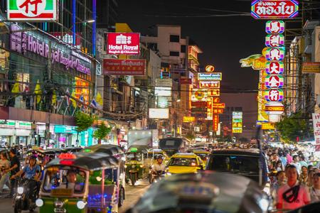 Bangkok, Thailand - August 02, 2018: Night market for vendors on Chinatown (Yaowarat) Road, the main street in Chinatown, a Bangkok landmark and important street for food Standard-Bild - 107327232