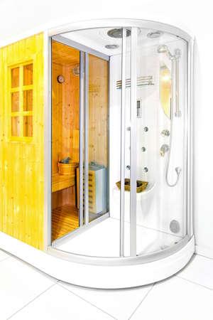 cabine de douche: Petit sauna de maison en bois avec cabine de douche