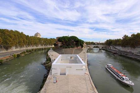 tiber: ROMA, Italia - 25 de octubre: Isla Tiberina en Roma el 25 de octubre de 2009. Casa nueva instalaci�n en la Isla Tiberina, en Roma, Italia Editorial