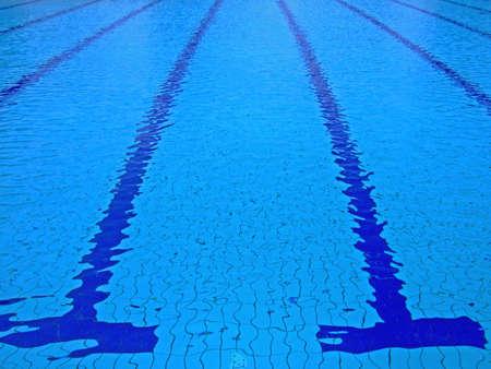 tremante: Tremore superficie di una olimpionica piscina