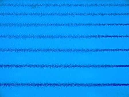tremante: Tremante superficie di una olimpionica piscina con striature parallele