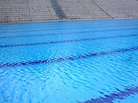 tremante: Tremore superficie di una olimpionica piscina vuota in scena lo sport