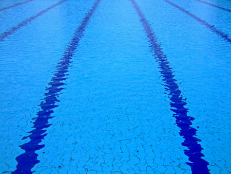 piscina olimpica: Superficie del temblor de una piscina ol�mpica del tama�o Foto de archivo