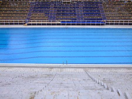 tremante: Superficie tremanti, di una piscina olimpionica nel vuoto sport arena
