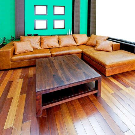 leren bank: Groene woonkamer met bruin lederen sofa