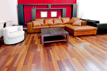 brown leather sofa: Rosso soggiorno con divano in pelle marrone  Archivio Fotografico