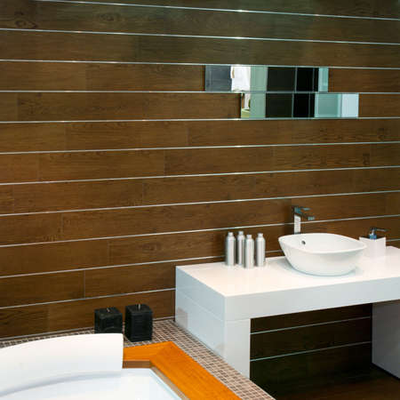 lavabo: Bathroom with wooden walls and modern basin