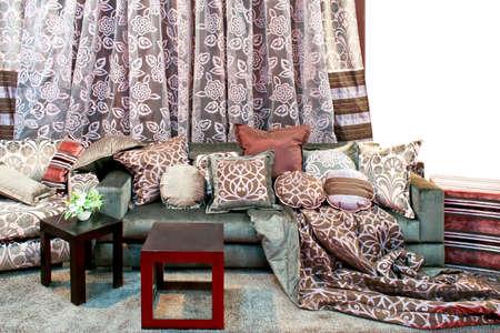 cortinas: Interior con mont�n de almohadas y cortinas de flores  Foto de archivo