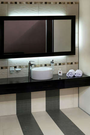 lavabo: Luxury bathroom with modern basin and big mirror